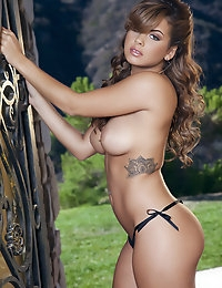 Keisha Grey plays with her sexy nipples