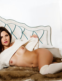 Aspen Rae takes off her sexy sweater in bed.